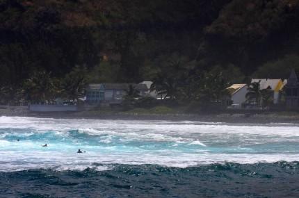 Lumière du soir sur le retour des surfeurs (Réunion)